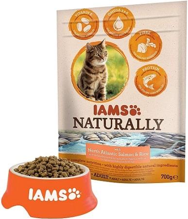 Alimento seco para gatos IAMS Naturally con salmón y arroz